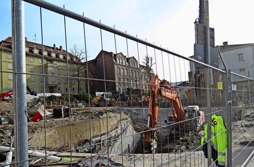 Wo derzeit die Reste des Abgangs zur Haltestelle Staatsgalerie zerbröselt werden, soll das Schwallbauwerk entstehen. Foto: red