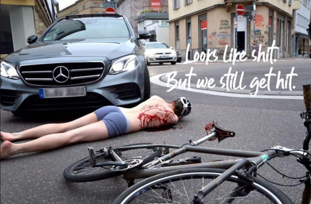Mit drastischen Bildern reagiert der Radentscheid Stuttgart auf die Fahrradhelm-Kampagne des Verkehrsministeriums. Foto: Radentscheid Stuttgart