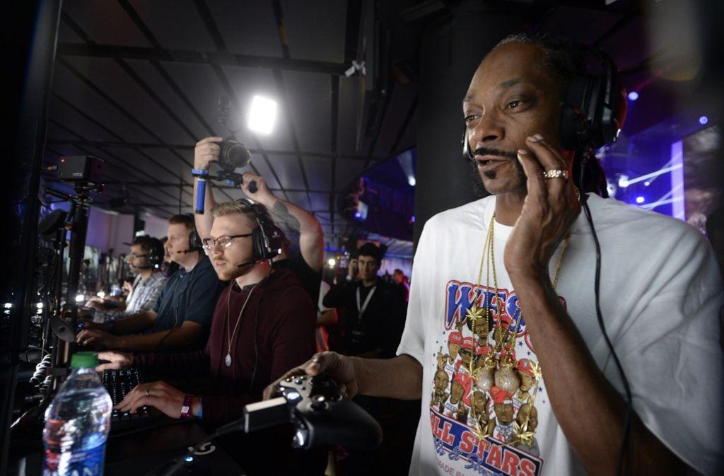Der Rapper Snoop Dogg versuchte sich bei der E3 bei Los Angeles an dem Spiel Battelfield 1. Foto: GETTY IMAGES NORTH AMERICA