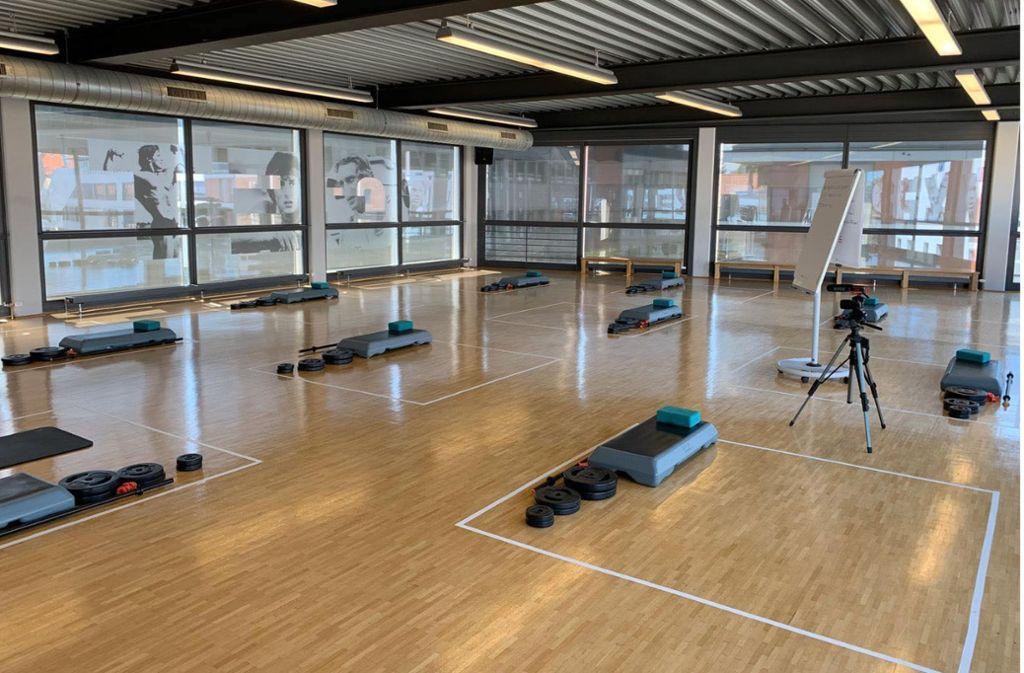 Weiße Linien auf dem Boden markieren bei Jonny M., wo mit Abstand trainiert werden darf. Foto: Miess