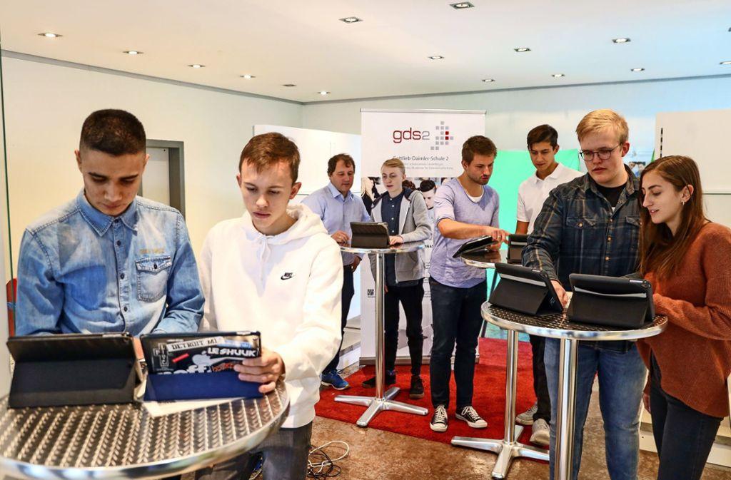 Lehrer und Schüler des Technischen Gymnasiums bereiten ein digitales Stehcafé vor. Foto: factum/Simon Granville