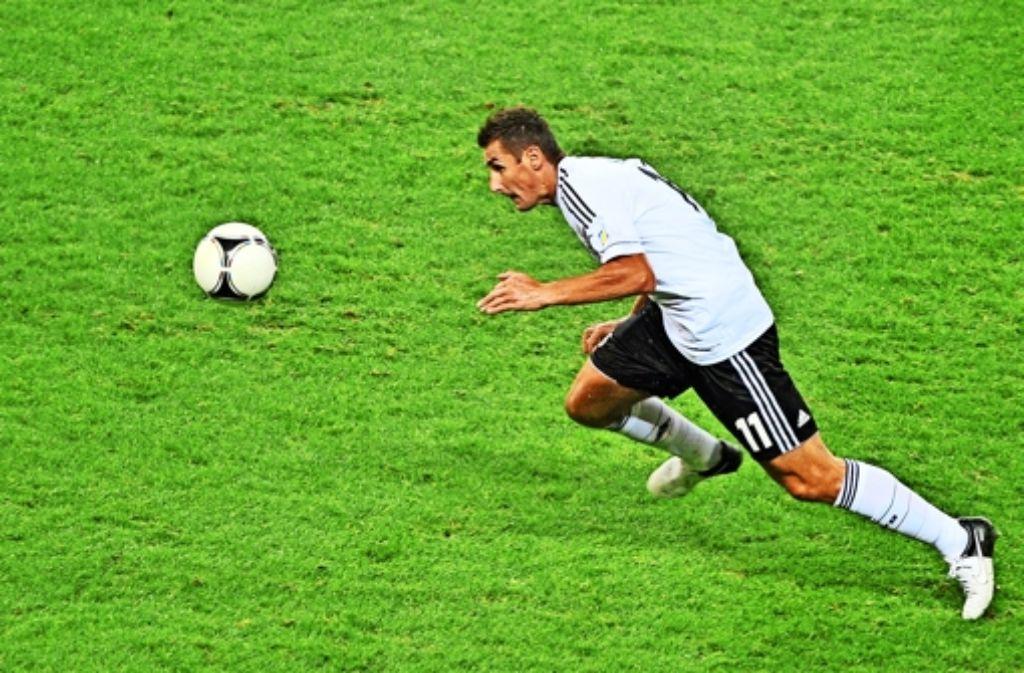 Der alte Mann und der Ball: Miroslav Klose schießt Deutschland zum Titel und wird danach Spielertrainer der DFB-Elf.  Foto: dpa