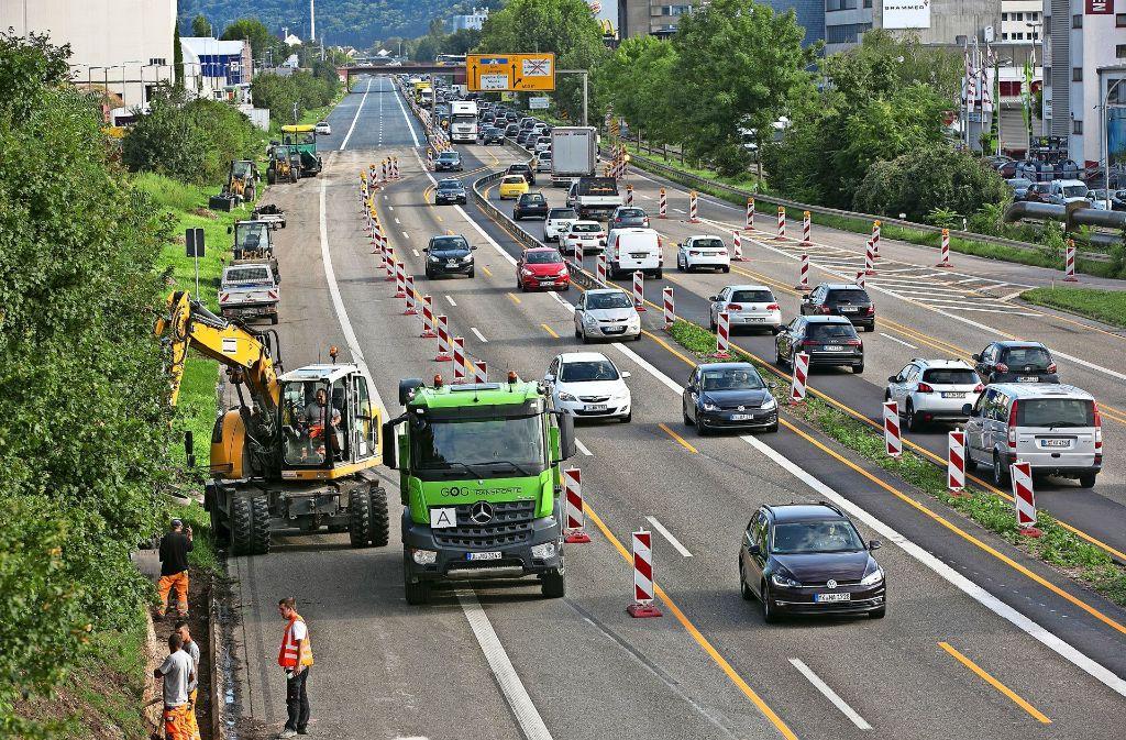 Auf der B10 im Neckartal verlängern sich die Bauarbeiten –  das wird teurer. Foto: Rudel