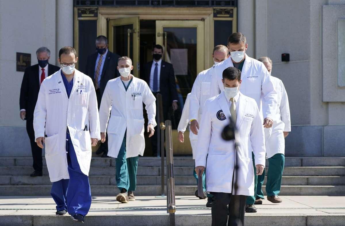 Die Ärzte gaben am Sonntag ein Statement zum Gesundheitszustand des US-Präsidenten ab. Foto: AP/Jacquelyn Martin