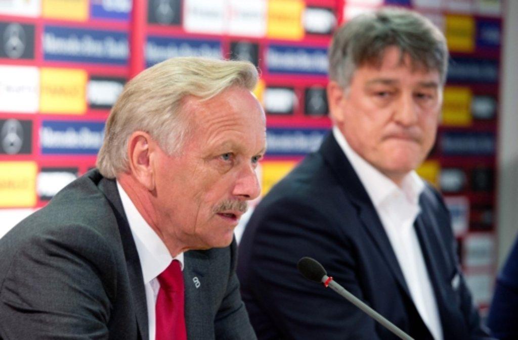 Der VfB Stuttgart um Aufsichtsrats-Boss Joachim Schmidt (links) und Präsident Bernd Wahler.  Foto: dpa
