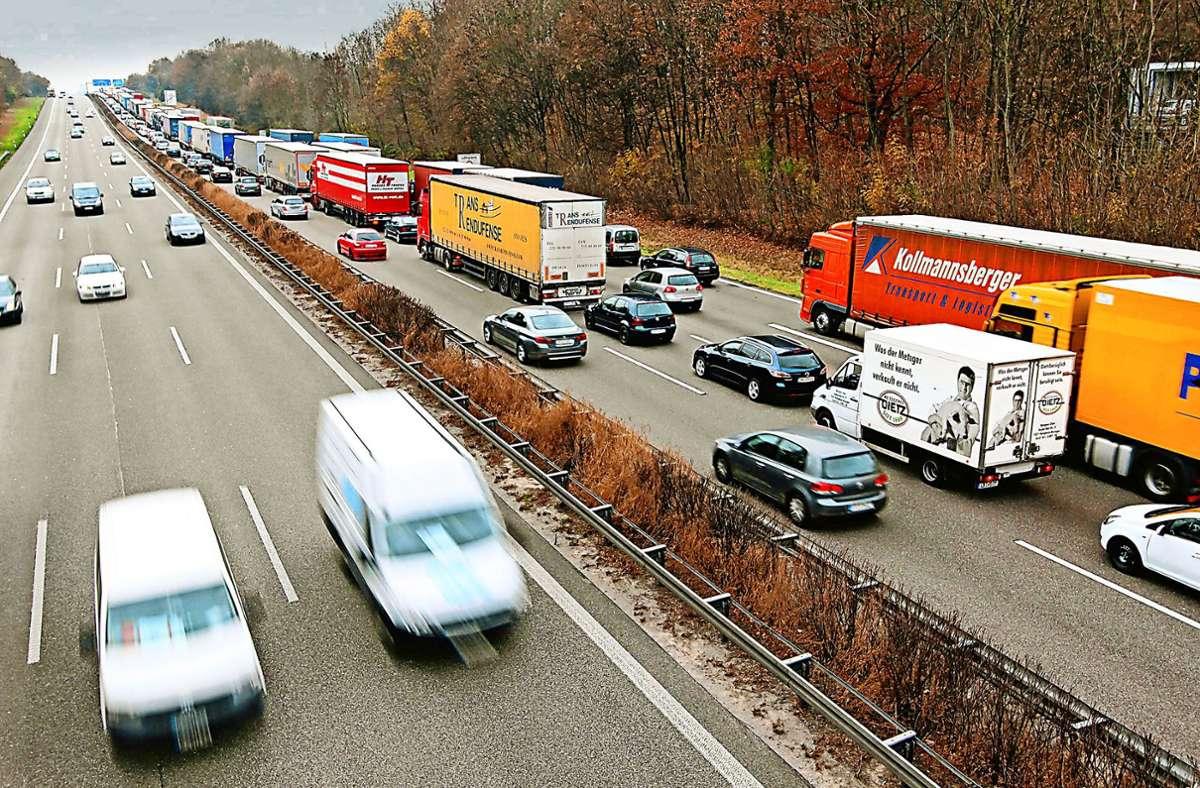In Fahrtrichtung Süden dürfen vier Spuren genutzt werden, Richtung Norden ist die Standspur für den rollenden Verkehr nicht freigegeben. Foto: factum/Archiv