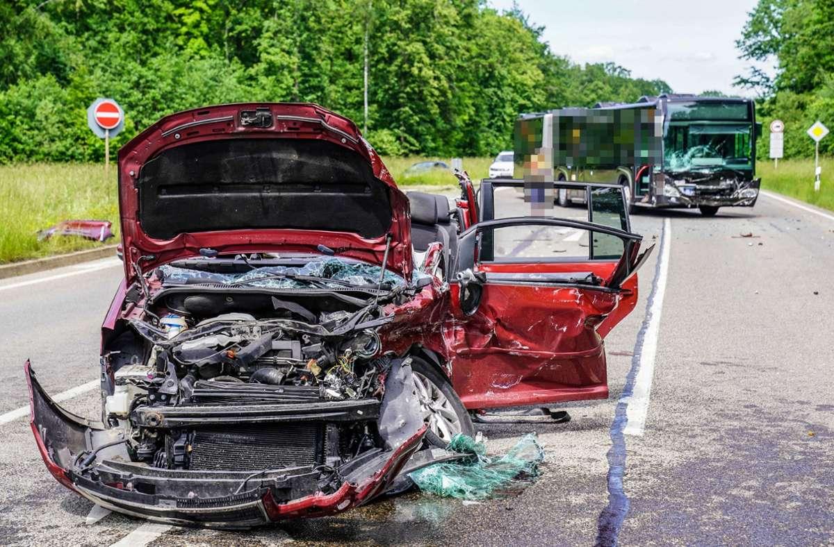 Auf der L1150 zwischen Esslingen und Baltmannsweiler verstarb bei einem schweren Unfall ein Mensch. Foto: SDMG/SDMG / Kohls