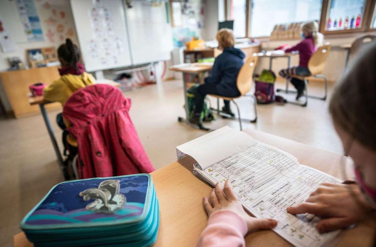 Um die Abstandsregeln einhalten zu können, seien die meisten Klassenzimmer zu klein, kritisieren die Gewerkschaft für Erziehung und Wissenschaft und der Philologenverband Foto: dpa/Frank Rumpenhorst