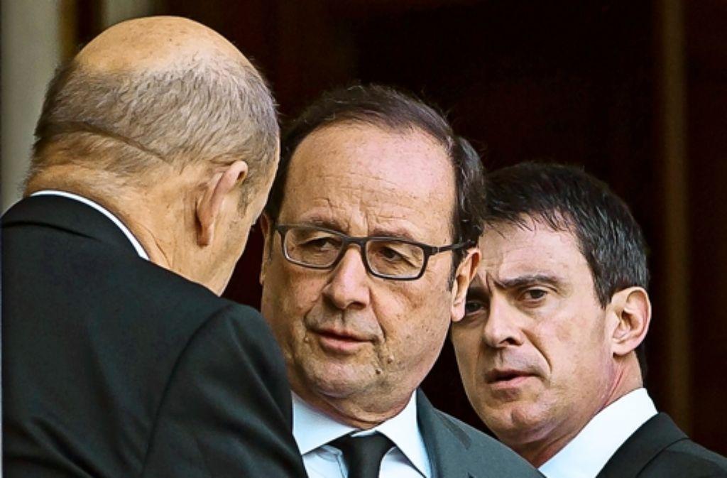 Präsident Hollande (Mitte) und Premierminister Valls (rechts) haben den Einsatz zusätzlicher Polizisten beschlossen. Foto: dpa