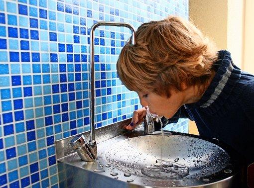 Geringe Mengen von Arzneimitteln finden sich auch im Trinkwasser. Foto: Georg Friedel
