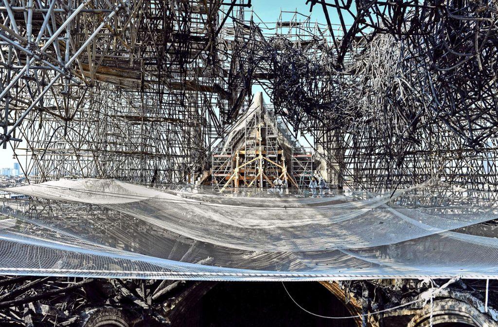 Das rund 300 Tonnen schere Metallgerüst könnte das Dach zum Einsturz  bringen. Foto: AFP/Stephane de Sakutin