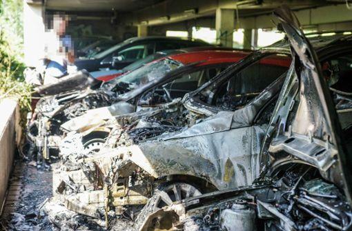 Fahrzeuge brennen in Parkhaus – hoher Sachschaden