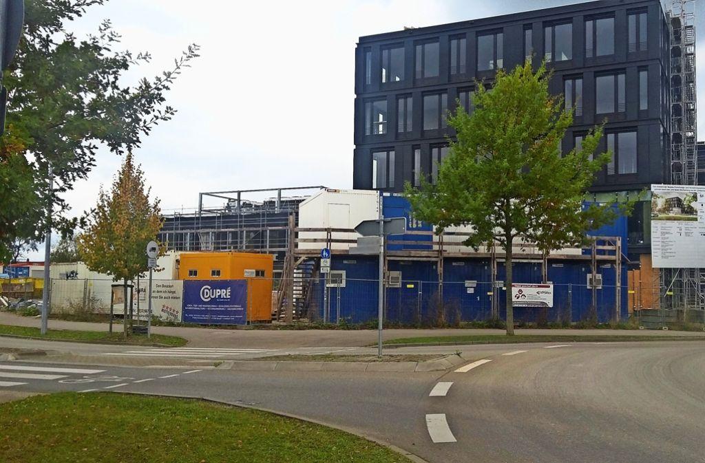 In der schwarzen Fassade des neuen Gebäudes des ZSW auf dem Step-Areal verstecken sich moderne Photovoltaik-Module. Foto: Ralf Gunkel
