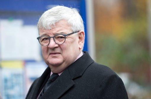 Der Ex-Außenminister ist beeindruckt – vom BMW i3. Foto: dpa