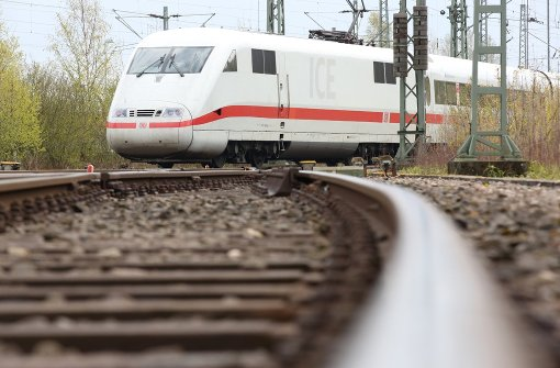 ICE rauscht durch Bahnhof und lässt Reisende stehen