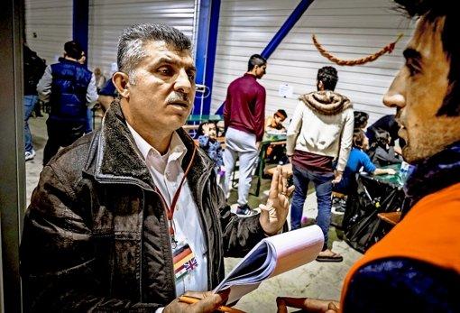 Adnan Emin unterstützt Flüchtlinge  beim Start ins neue Leben. Foto: Lg/Max Kovalenko