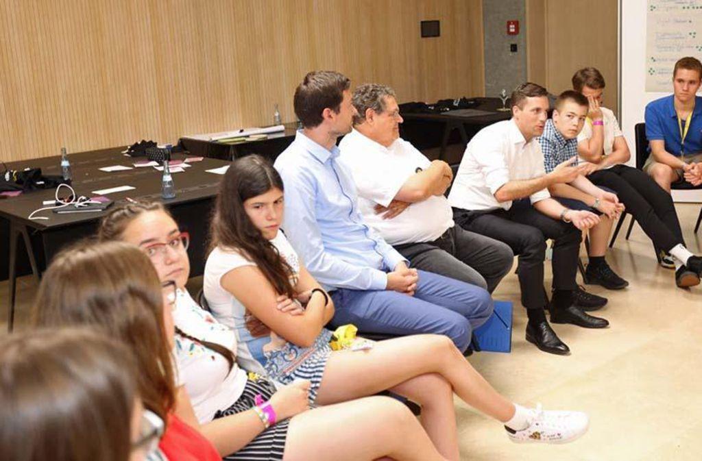 Abgeordnete im Gespräch mit Jugendlichen beim Workshop Digitalisierung. Foto: dpa