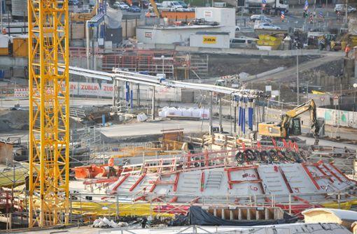 Gurtträger trifft Arbeiter in S21-Baugrube – Rettungseinsatz