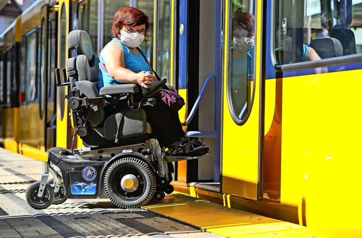 Gelungener Einstieg: Dank der neuen gelben Rampe kommt Heidi Hesse mit ihrem E-Rollstuhl  nun in die Stadtbahn an der Haltestelle Marktplatz in Wangen. Foto: Lichtgut/Max Kovalenko