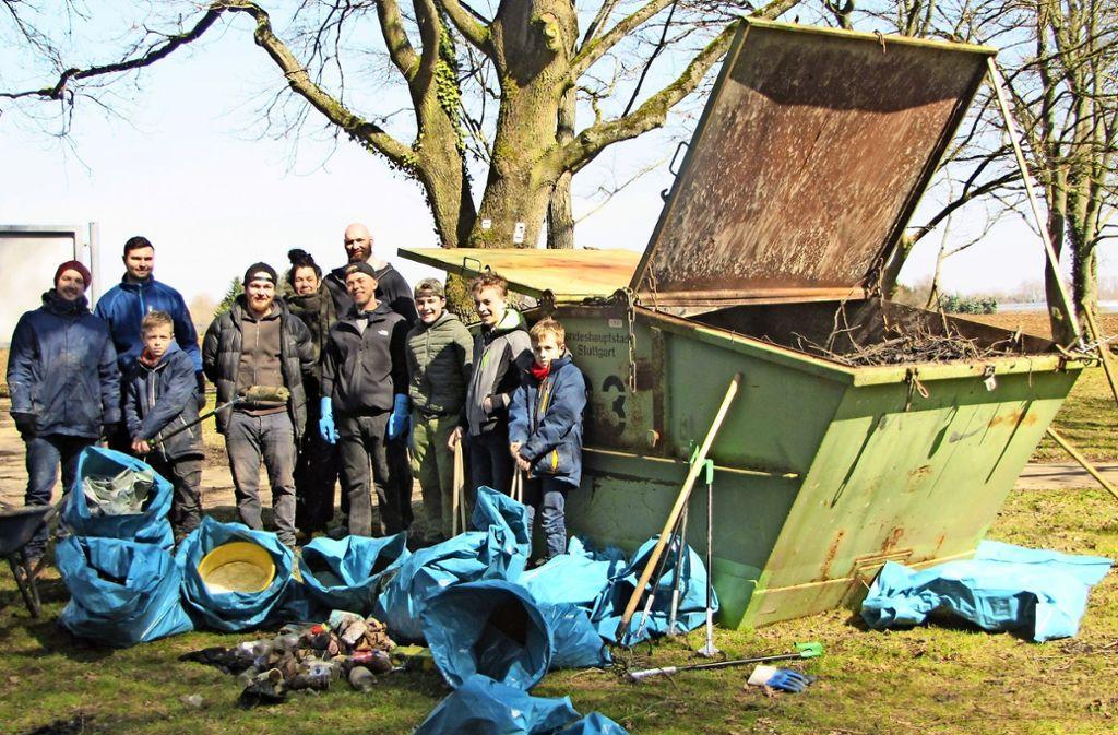 Eine Menge Plastik, Flaschen und Abfall haben die Angler im und um den Riedsee gesammelt. Dazu gab's einen Container voller Gehölz, das aus dem See musste. Foto: Gabriel Bock