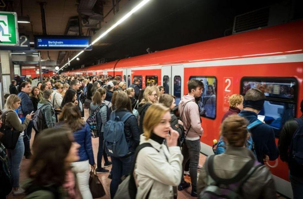 15. Busse, Stadt- und S-Bahnen stellen regelmäßig die Frust-Toleranz vieler Menschen aus Stuttgart und der Region auf die Probe. Dafür sorgen Stellwerkstörungen, Signalstörungen, Weichenstörungen, Streckensperrungen oder Personen im Gleis (vor allem während der Wasen-Zeit). Allen voran die S-Bahn Stuttgart, die täglich von 420 000 Menschen genutzt wird, nervt Stuttgarter häufig mit Zugausfällen und Unpünktlichkeit. Foto: Lichtgut