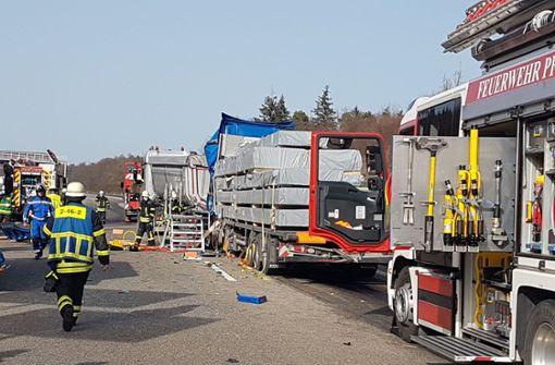 Lkw-Fahrer kracht in Vordermann und stirbt – A8 voll gesperrt