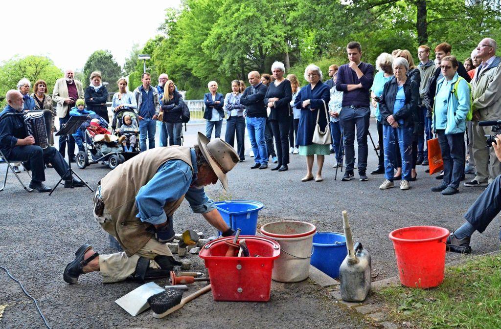 Gunter Demnig verlegt die Stolpersteine für die im Zwangsarbeiterlager der Hansa-Metallwerke verstorbenen Kinder. Foto: Sandra Hintermayr