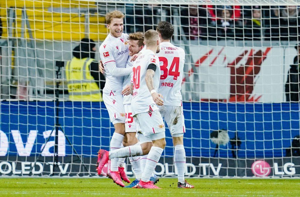 Torschütze Sebastian Andersson (l.) jubelt mit seinen Teamkollegen über den Führungstreffer. Foto: dpa/Uwe Anspach