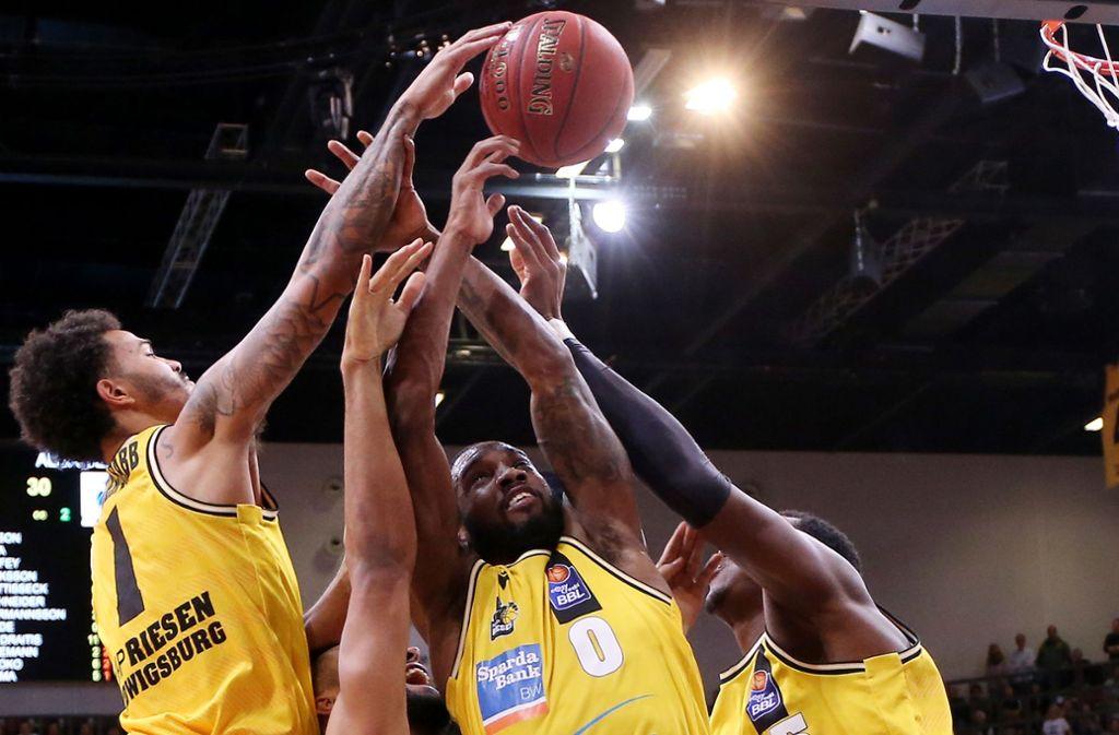 Die Riesen Nick Weiler-Babb,  Khadeen Carrington und Ariel Hukporti ringen mit Alba-Center Johannes Thiemann um den Basketball. Foto: Baumann