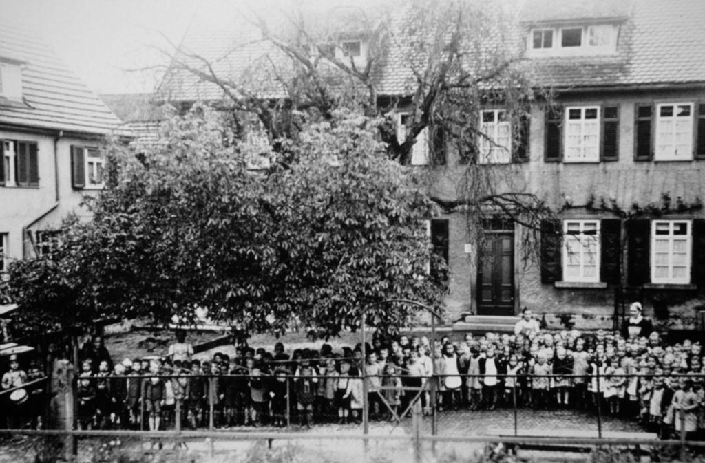 Eindrucksvolle Aufnahme: Vor dem Weimerkindergarten stellen sich 1960 die Jungs und Mädchen für den Fotografen auf – vielleicht erkennt sich noch jemand? Foto: Stadtmuseum Fellbach