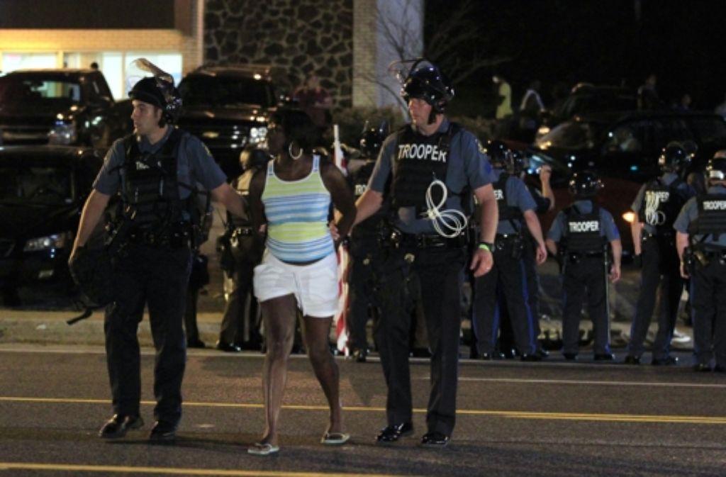 Polizisten nehmen eine Demonstrantin in Ferguson fest. Die Behörden haben den Notstand ausgerufen. Foto: AP