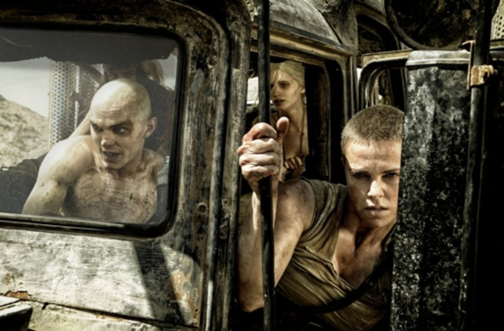 Nicholas Hoult als Nux (von links), Abbey Lee Kershaw als Wag und Charlize Theron als Furiosa in Mad Max: Fury Road, der am 14. Mai in die deutschen Kinos kommt. Foto: dpa