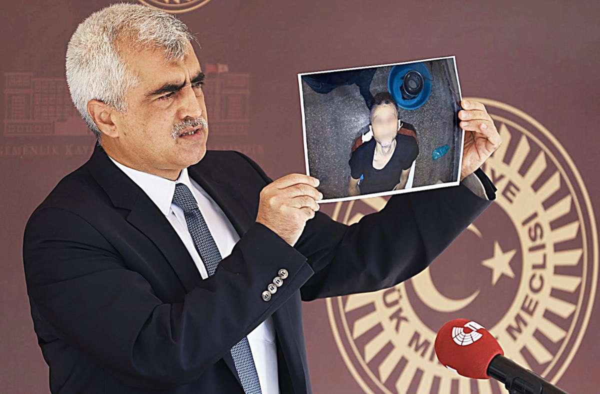 Menschenrechtler Gergerlioglu zeigt ein Foto des toten Häftlings. Foto: S. Güsten