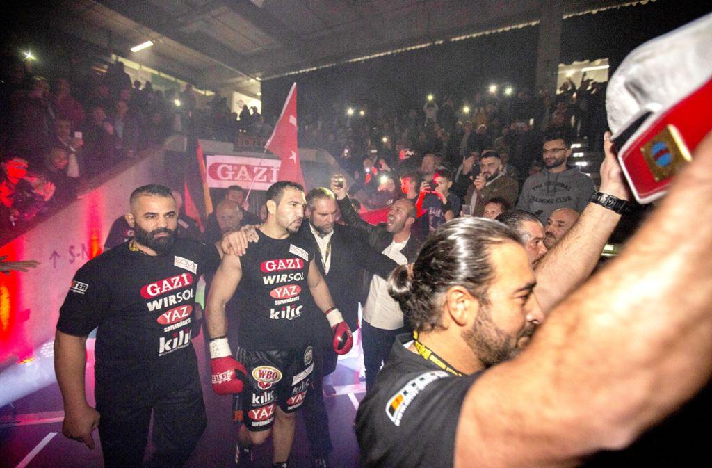 Beim feurig-bunten Einmarsch in die mit gut 4500 Zuschauern besetzte EWS-Arena ist Firat Arslan (Zweiter von links) noch ebenso entschlossen wie siegessicher. Foto: Michael Steinert