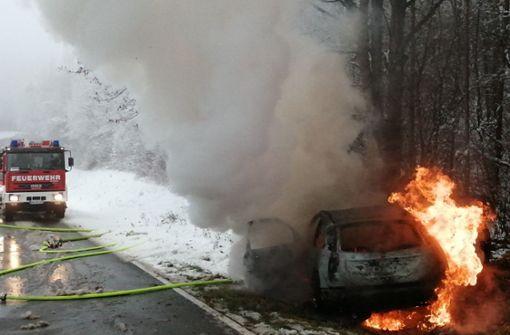 Auto fängt zwischen Eis und Schnee Feuer