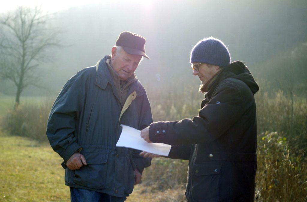 Andreas Geiger und sein Vater auf der Suche nach der tatsächlichen Grenze. Foto: SWR/Eikon Media