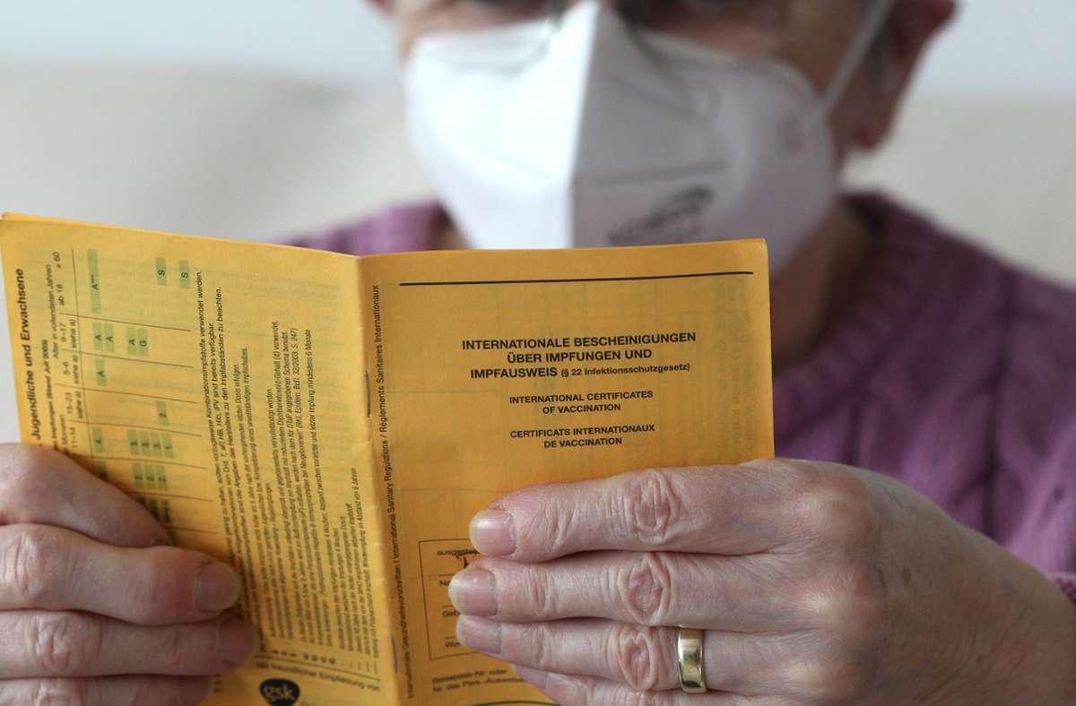 Nach dem Pieks gibt es den Eintrag ins Impfbuch. Foto: Eibner-Pressefoto/Fleig / Eibner-Pressefoto