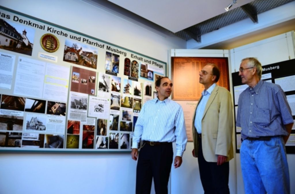 Pfarrer Rainer Müller, Stadtarchivar Bernd Klagholz und Initiator Horst Elsässer (v.l.) sind mit der Ausstellung zufrieden. Foto: N. J. Leven
