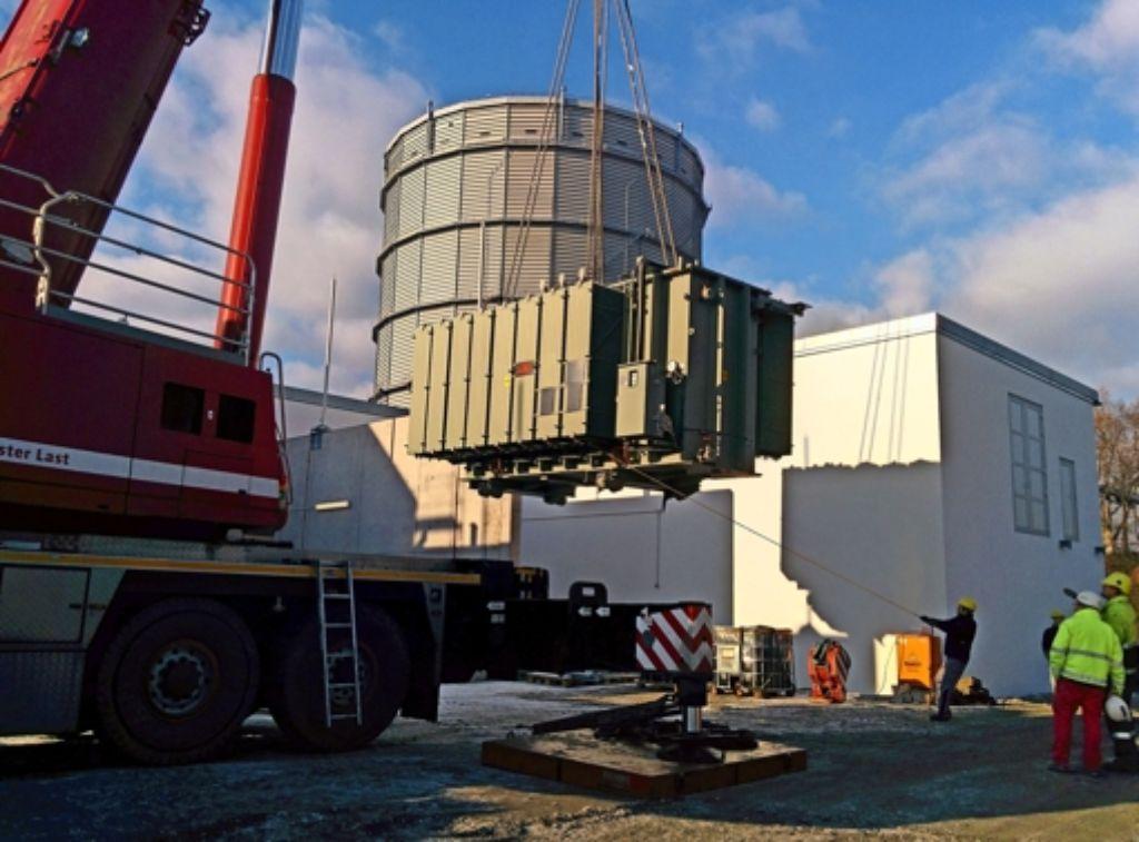 82 Tonnen wiegt der 110-Kilovolt-Transformator, der am Donnerstag Vormittag vor der Kulisse des Gaskessels an seinen neuen Standort gehoben wurde. Foto: Jürgen Brand