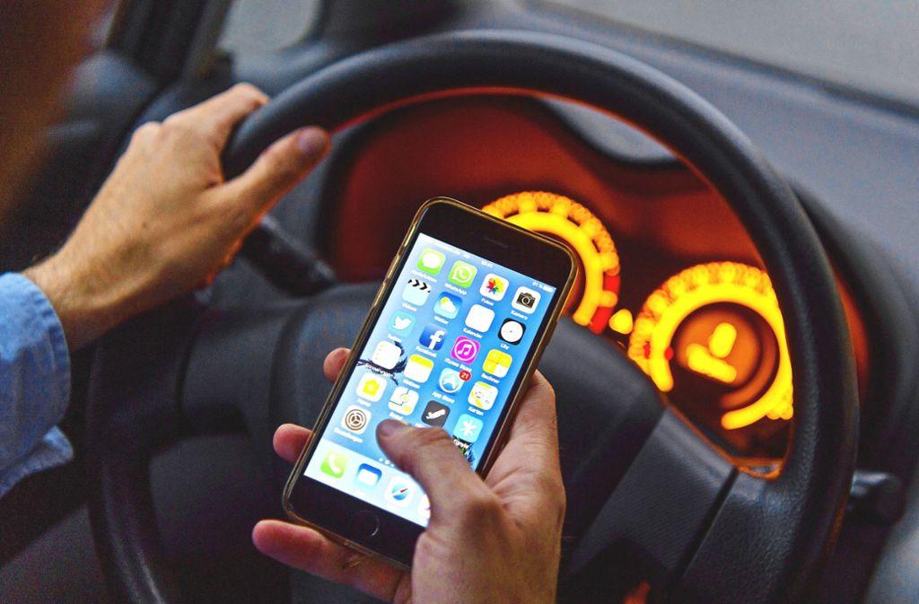 Bei 17,1 Prozent der tödlichen Unfälle im Land hat der Blick aufs Handy eine Rolle gespielt. Foto: dpa (Symbolbild)