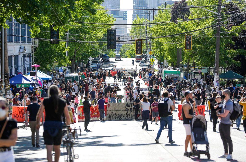 """In Seattle im Nordwesten der USA haben Demonstranten eine """"autonome Zone"""" unweit des Kapitols eingerichtet. Foto: AFP/JASON REDMOND"""