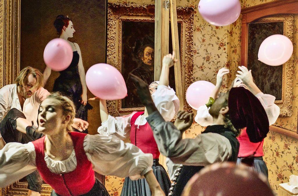 """Ein Luftballon für jede vergessene Seele – Szene aus """"E. Bauers Sammelsurium der unsterblichen Sterblichen"""" im Stuttgarter Kammertheater Foto: Theater"""