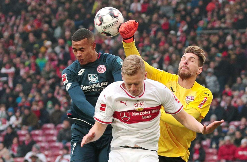 VfB-Abwehrspieler Timo Baumgartl (vorne) müht sich gemeinsam mit Torhüter Ron-Robert Zieler gegen den Mainzer Stürmer Robin Quaison. Foto: Baumann