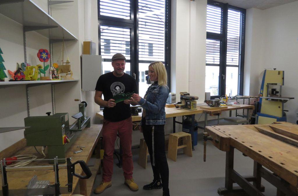Noch viel zu tun: Harald Thumm und Carolin Grolmus in der Holzwerkstatt Foto: /Caroline Friedmann