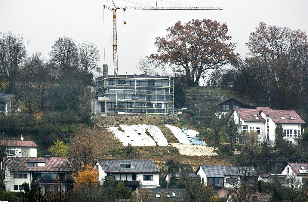 Viele Anwohner in der Panoramastraße sind auf ihren neuen Nachbarn oben auf dem Hügel nicht gut zu sprechen. Foto: Horst Rudel