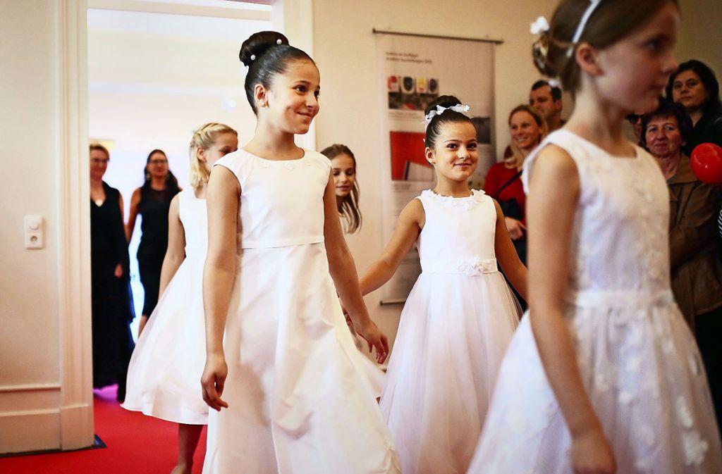 Die Blumenmädchen strahlen bei der Modenschau. Foto: /Ines Rudel