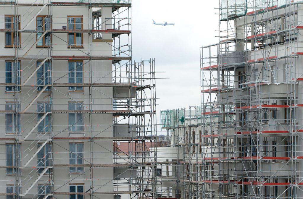 In Deutschlands Metropolen wird gebaut, was das Zeug hält. Dennoch ist die Nachfrage nach Wohnraum viel größer als das Angebot. Die Folge sind weiter steigende Preise. Foto: dpa