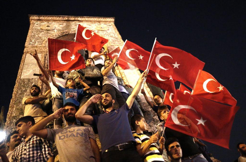 Ein Bild einer Demonstration im vergangenen Jahr auf dem Istanbuler Taksim-Platz im Zusammenhang mit dem Putschversuch. Foto: EPA