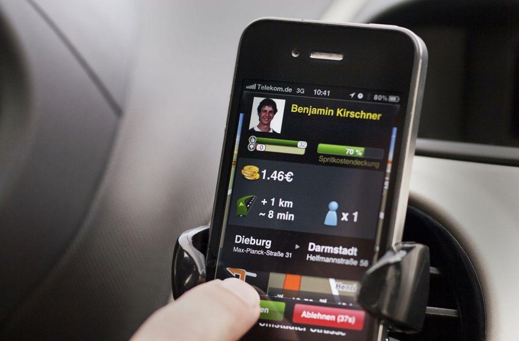 Fahrer sucht Mitfahrer, um die Spritkosten zu teilen. Das ist die Idee hinter Firmen wie  Blablacar. In der Corona-Krise stellt sich jedoch die Frage, wie groß die Gefahr ist, sich bei einer solchen Fahrt mit dem Virus anzustecken. Foto: dpa