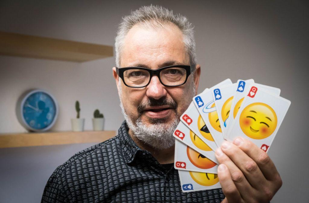 Berthold Schymura zaubert mit den Gesichtern der   Emoji-Karten. Foto: Lg/Achim Zweygarth